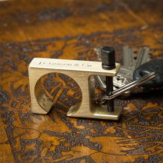 The Minimalist Key Shackle Brass