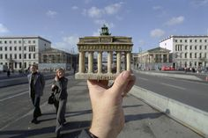The creative photographer Michael Hughes made a collection of optical illusions by using souvenirs. He places the souvenirs in front of famous landmarks. Cool Illusions, Optical Illusions, Urban Photography, Travel Photography, Illusion Photography, Funny Photography, Photography Ideas, Cool Pictures, Cool Photos