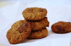 Hozzávalók 20 darabhoz: 200 g lecsöpögtetett (konzerv) csicseriborsó – vagy ugyanennyi főtt csicseri 50 g gluténmentes zabpehely 70 g eritrit 50 g natúr (cukrozatlan) mogyoróvaj 50 g (cukrozatlan) almapüré 50 g cukormentes, gluténmentes, tejmentes étcsokoládé (pl. Torras) 1 tk gluténmentes… Falafel, Bacon, Paleo, Cookies, Food, Crack Crackers, Biscuits, Essen, Beach Wrap