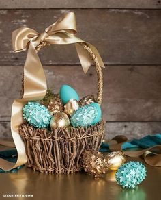 Making ultimate DIY Easter baskets is now pretty easy! All you have to do is to explore from the latest unique DIY Easter basket ideas and find the one that you think is the best. Bunny Crafts, Easter Crafts, Hoppy Easter, Easter Eggs, Easter Bun, Diy Ostern, Easter Celebration, Easter Holidays, Egg Decorating