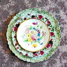 Inspiration de vaisselle chinée trouvée sur le net extrait de l'article : Des fleurs plein la tête ! Découvrez encore plus d'inspirations sur le blog https://www.atelier-des-singulieres.fr