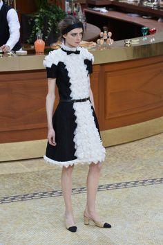 """Pin for Later: Die Highlights der Chanel Modenschau Der """"Pariser Chic"""" Stil durfte selbstverständlich nicht fehlen"""