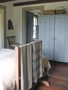 Painted wardrobe and country style bedroom in amazingly austere American country home. Primitive Bedroom, Primitive Homes, Primitive Antiques, Primitive Country, Modern Country Style, Country Style Homes, Country Furniture, Country Decor, Shaker Style Furniture