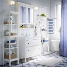 Ikea spiegelschrank hemnes  Ein Badezimmer mit zwei HEMNES Waschbeckenschränken mit 2 ...