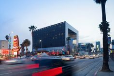 The new building establishes an iconic home for Emerson College in the heart of the entertainment industry. Image © Iwan Baan