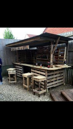 Gorgeous Low cost Pallet Bar DIY Ideas for Your Home! Plans DIY Outdoor Counter Ideas Stools How To Build A How To Make A Instructions Easy Wood Cart With Lights Basement Top Shelf Table Signs Indoor Tiki L Shaped Small Backyard Wall With Cooler Wedding S Old Pallets, Recycled Pallets, Wooden Pallets, Wood Pallets Projects, Diy Bar, Bar Pallet, Pallet Tables, Pallet Wood, Pallet Patio