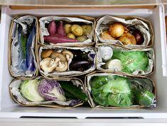 ついつい散らかってしまう野菜室をすっきりお洒落にまとめたいなら、紙袋が使えますよ!スペースを無駄なく使うことができるんです。SNSでもじわじわ人気に。作り方をチェックしていきましょう。