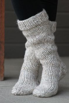 Free knitting pattern for socks that will keep you cozy and warm this winter! #knittingpatternsforbeginners