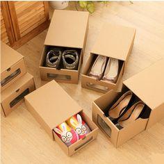 Особые коробки из гофрокартона для упаковки и хранения обуви предлагает сайт AliExpress. Это комплект коробок для разных видов обуви: мужской, женской, детской и спортивной, а в дополнение к ним идет решетка-разделитель (9 ячеек) при помощи которой обувная коробка превращается в коробку для хранения мелочей. Состоит каждая коробка из двух частей: основа — коробка без торцевой стенки, и самосборный лоток, который вставляется в основную коробку. В торцевой стенки лотка прорезано окошко, в…