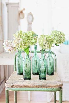 via Dreamy Whites Vintage Bottles, Bottles And Jars, Glass Bottles, Glass Vase, Quinta Interior, Interior Pastel, Vibeke Design, Deco Boheme, Deco Floral