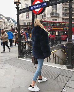 10.5K vind-ik-leuks, 119 reacties - SARAH DESCHO (@sarahdescho) op Instagram: 'Waiting for the bus'