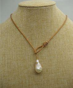 Μπαρόκ μαργαριτάρι κολιέ, μαργαριτάρι και κοσμήματα από δέρμα, δερμάτινο κολιέ, κρεμώδη μαργαριτάρι, μόλις 10 κομμάτια αυτό το μαργαριτάρι
