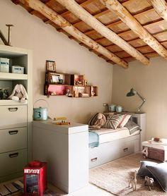 Un cuarto de hoy en una buhardilla de campo  Las líneas rectas del mobiliario y su color, junto al de las paredes, son una base neutra perfe...