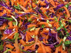 Dobbelt spidskål er en frisk salat med gulerødder og den pynter virkelig til hver en ret. Den er så farvestrålende at man ikke kan lade være med at smage på den og så er den simpel at lave, og har et meget lavt kalorieindhold så du kan bare spise løs af den. Jeg synes det er synd at man ikke bruger de forskellige farver man kan få grønsagerne i og blander dem sammen, det giver altså lige lidt ekstra knald på farvepaletten, og det kan vi jo godt li. Dobbelt spidskål har jeg lige piftet op…