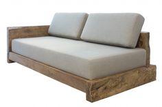 O Sofá Búzios em madeira canela despigmentada é uma ótima opção para a decoração de ambientes rústicos e pedem aconchego.