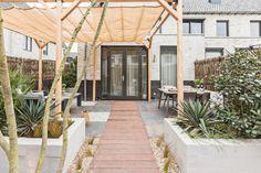 In hun nieuwe tuin wanen Edwin en Dineke zich in zuidelijke sferen. Het stel wilde graag een tuin in mediterrane stijl met meer privacy. Tom ging aan de slag in Hillegom en maakte de tuin helemaal naar wens.