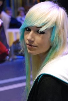LOVE HER HAIR WISH I COULD HAVE IT THAT  IS MY FAVORITE  BLUE COLOR AND THE END AND WHITE AT TOP LOVE IT!!!!!!!!!