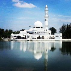 Masjid Tengku Tengah Zaharah (Masjid Terapung), Terengganu, Malaysia.