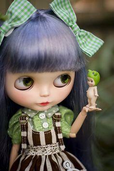 a little kiss, blythe doll, blueish hair, frog, sonny angel.