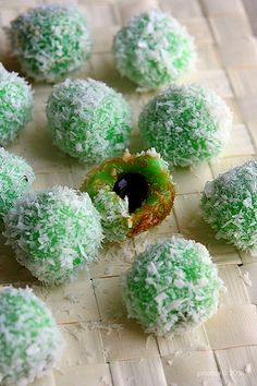 [Indonesian Food] Klepon - Sweet Rice Balls Stuffed with Coconut Sugar