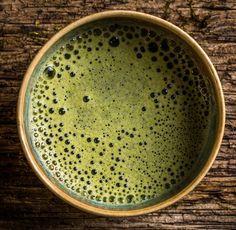 Il tè matcha cos'è e quali sono tutti i suoi benefici? Scopriamo di più su questo tè verde giapponese in polvere dalle mille proprietà benefiche.