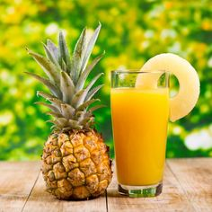 ineapple detox drink contains bromelain; an enzyme that is responsible for weight loss and reducing inflammationwhich makes pineapple detox drinks exceptionally for weight loss. Pineapple Detox, Pineapple Benefits, Pineapple Juice, Cake Pineapple, Weight Loss Drinks, Weight Loss Smoothies, Healthy Smoothies, Healthy Detox, Healthy Water