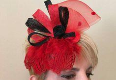 Tocado de plumas rojo y negro
