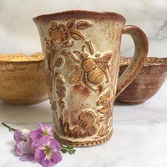 pottery sculpture -- Click visit link for more info Ceramic Cups, Ceramic Art, Ceramic Decor, Pottery Mugs, Ceramic Pottery, Big Bee, Pottery Painting Designs, Clay Mugs, Bee Art