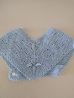 Toquilla de lana azul para bebé.  Hecha por María Landín Baby Knitting Patterns, Crochet Patterns, Crochet Baby, Knit Crochet, Summer Jacket, Poncho, Baby Sweaters, 4 Kids, Kids And Parenting