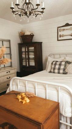 Fall Home Decor, Autumn Home, Home Decor Bedroom, Bedroom Ideas, Shabby Chic Farmhouse, Farmhouse Style, Joanna Gaines, Guest Bedrooms, Guest Room