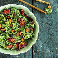 Grönkål är både gott och nyttigt och kan användas i en massa maträtter. Här är ett enkelt recept på grönkålssallad med nötter och parmesanost.