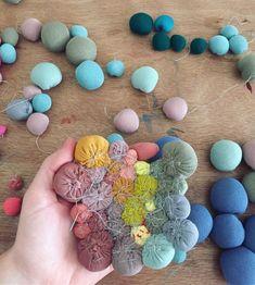 Serena Garcia Dalla Venezia (@seregarcia) • Instagram-Fotos und -Videos Fabric Wall Art, Diy Wall Art, Diy Art, Fabric Crafts, Sewing Crafts, Sewing Projects, Diy And Crafts, Arts And Crafts, Textile Sculpture