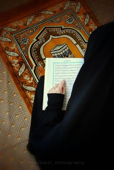 A beautiful picture of a muslimah reading the Quran