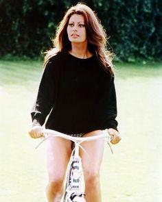 Sophia Loren en bicicleta italiana de paseo