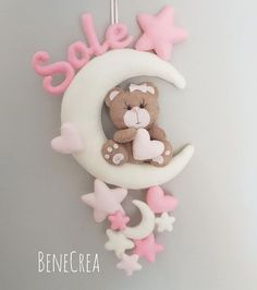 Nessuna descrizione della foto disponibile. Foam Crafts, Baby Crafts, Diy And Crafts, Baby Kranz, Felt Name Banner, Handmade Baby Gifts, Baby Mobile, Felt Baby, Felt Decorations