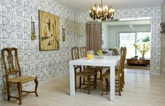 Interior designer Tricia Huntley mixed traditional with modern in her own dining room.  Read related story.