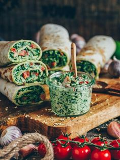 Wraps (tortillas) with spinach and cashew cheese. This easy and quick recipe is vegan, gluten-free, dairy-free, healthy and delicious. Vegan Cashew Cheese, Vegan Cream Cheese, Wrap Recipes, Raw Food Recipes, Quick Recipes, Healthy Recipes, All Vitamins, Vegan Starters, Lunch Wraps