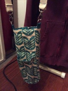 DIY: Water bottle carrier, Sewing Basics, Sewing Hacks, Sewing Ideas, Fabric Crafts, Sewing Crafts, Sewing Projects, Purse Patterns, Sewing Patterns, Fiber Art Quilts