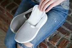 Try Panty Liners Having sweaty feet is not a good thing. It can be uncomfortable, and it will lead to smelly shoes. Put panty liners in the soles of your shoes to absorb the sweat. Squeaky Shoes, Smelly Shoes, Tie Shoelaces, Sr1, Old Shoes, Clean Shoes, Clothing Hacks, Suede Shoes, Life Hacks