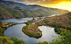 Como todos sabem, o Rio Douro é o segundo maior rio português. Nasce em Espanha, na província de Sória e desagua no Porto, que por coincidência ou não, é também a segunda maior cidade portuguesa. No entanto, este rio tem a especificidade de ser acompanhado, desde o momento em que entra em Portugal, por uma extensa região vinícola, que complementa a paisagem do já maravilhoso rio.