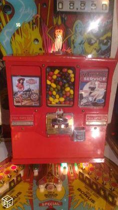 Distributeur de cartes et chewing gum vintage USA Chewing Gum, Pinball, Ceramics, Deco, Glasses, Usa, Vintage, Gifts, Furniture