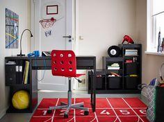 Ein Kinderzimmer mit MICKE Schreibtisch mit Aufbewahrung in Schwarzbraun, JULES Juniorstuhl in Rot und TROFAST Regalrahmen in Schwarz mit schwarzen TROFAST Boxen