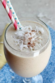 Tropical Coconut Oatmeal Smoothie via Fabtastic Eats cup old fashioned oats 1 cup coconut almond milk of a banana cup frozen mango cup frozen pineapple teaspoon cinnamon cup coconut flakes 1 Tablespoon honey (optional) Smoothie Prep, Raspberry Smoothie, Oatmeal Smoothies, Juice Smoothie, Smoothie Drinks, Healthy Smoothies, Healthy Drinks, Smoothie Recipes, Healthy Recipes