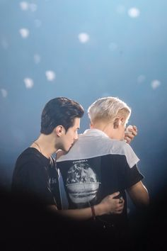 Sehun hugs a crying Chanyeol Baekhyun, Kaisoo, Park Chanyeol, Chanbaek, Exo For Life, Rapper, Exo Couple, Exo Concert, Teen Wolf