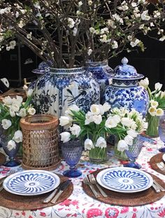 A beautiful blue and white Spring tablescape by Kapito Muller Interiors for the 2016 Lenox Hill Gala in New York City, via /sarahsarna/. Tables Tableaux, Dresser La Table, White Springs, Beautiful Table Settings, Chinoiserie Chic, Blue And White China, Ginger Jars, Deco Table, Do It Yourself Home