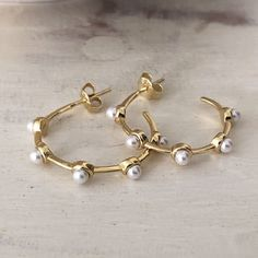 Gold-pearl-hoops Gold Pearl, Pearl White, Pearl Jewelry, Silver Jewelry, Silver Earrings, Hoop Earrings, Monochrome Outfit, Jewelry Design, Pearls