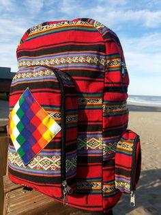 VENDIDO.Mochilas De Aguayo con Bandera Wipala  Costuras reforzadas, totalmente forradas en su interior, con bolsillos y cierres. Posee 2 tiras de soporte regulables (Parte posterior). Variedad de colores y combinaciones.