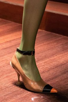 Burberry Fall 2019 Ready-to-Wear Collection - Vogue - blakelycompany - Damen Hochzeitskleid and Schuhe! Casual Street Style, Womens Shoes Wedges, Womens High Heels, Women's Dresses, Vogue, Fru Fru, Ralph Lauren, Buy Shoes, Pink Shoes
