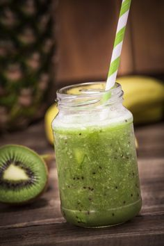 Green smoothies are healthy for your kids - a great way to pack in nutrients. Adding a kiwi to this smoothie gives it a tang they will love! Smoothies Kiwi, Smoothies Banane, Smoothie Fruit, Mango Smoothie Recipes, Smoothie Detox, Smoothies For Kids, Strawberry Smoothie, Healthy Smoothies, Healthy Drinks