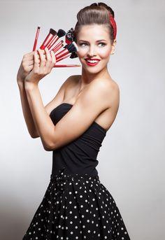 Pin up por Caroline Saldanha para Luv Beauty com kit de pincéis Full Luv.